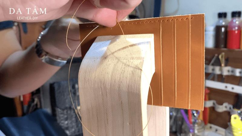 Kẹp gỗ hỗ trợ khâu da
