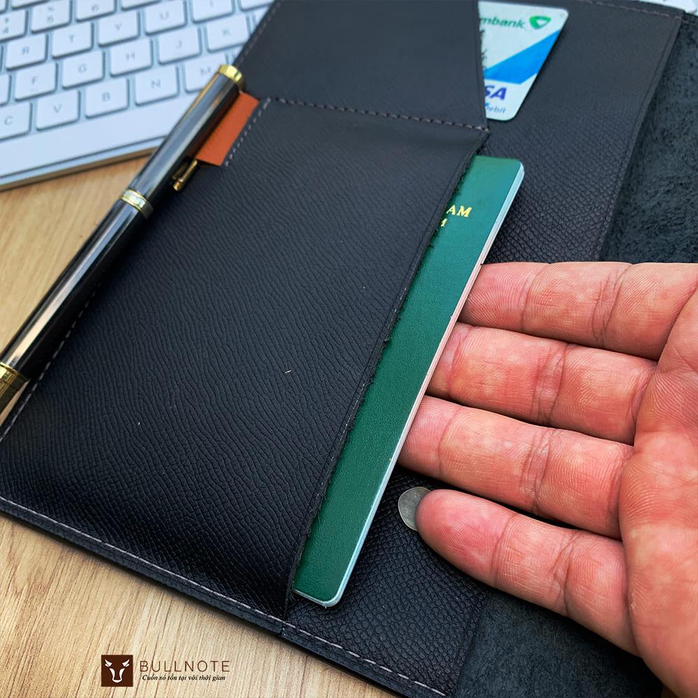 Bìa sổ chính có 2 ngăn thẻ tài liệu và quai cài bút